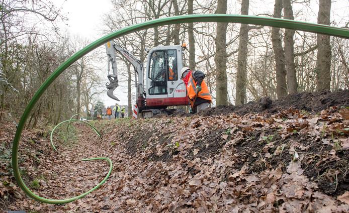 De aanleg van de groene kabels, vorig jaar in het buitengebied van Ermelo