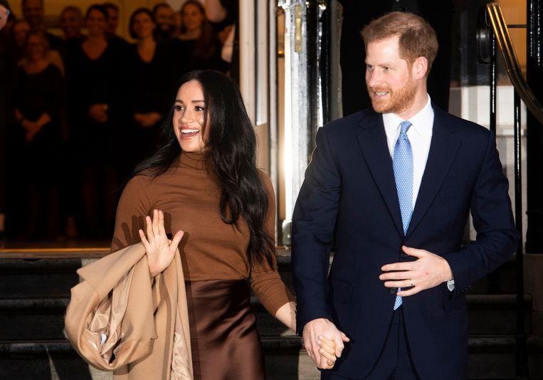 Prins Harry en echtgenote Meghan tijdens een bezoek aan Canada House tijdens hun kerstvakantie.  Beeld EPA