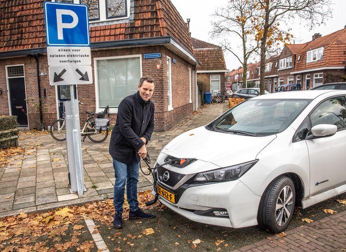 Zwollenaar Matthijs Nieuwenhuis moest al een half jaar wachten op zijn laadpaal. De verwerking van aanvragen gaat traag in Zwolle, maar nu is er plots een slag gemaakt.