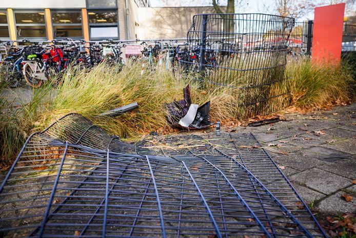 Auto raakt schoolhek en boom in Eindhoven.