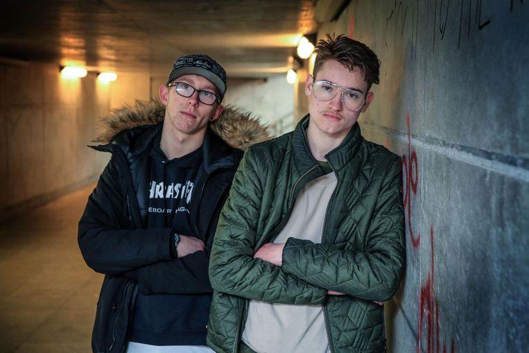 Levay (18) werd al afgeperst door de bende. Hier met zijn goeie vriend Keith (16), de zoon van Cécile (zie inzet).