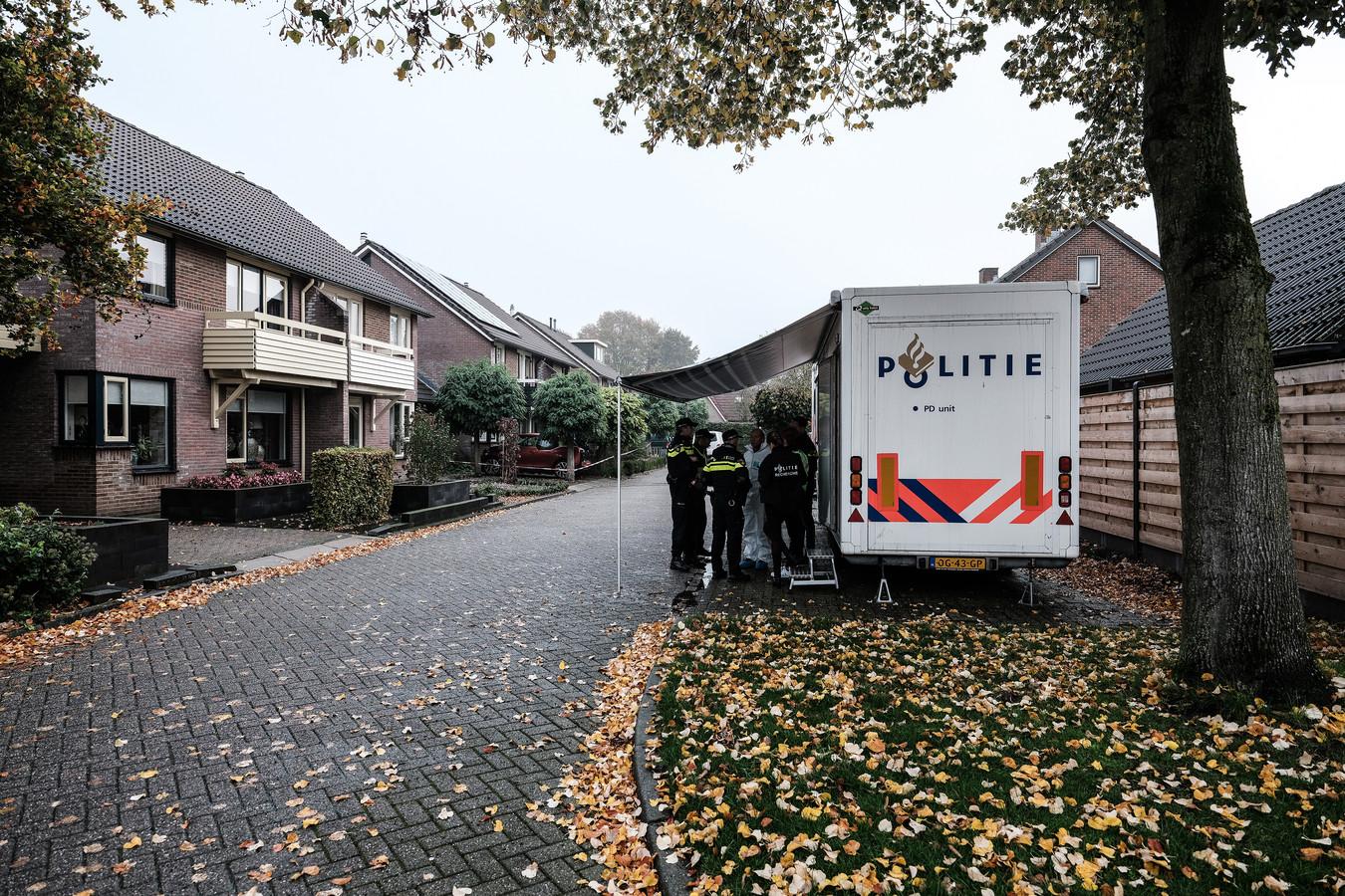 De politiepost in de Julianastraat. Foto van De Gelderlander-fotograaf Jan van den Brink, die de hele ochtend in Hengelo was om het politieonderzoek in beeld te brengen.