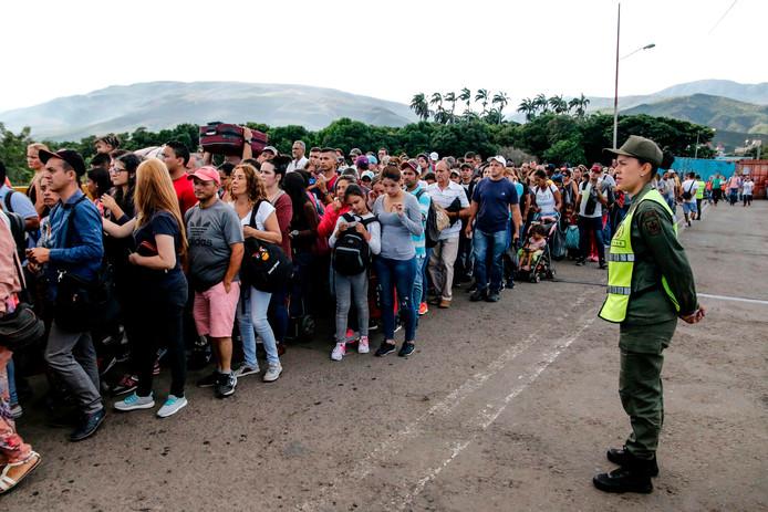 Lange rijen met Venezolanen staan te wachten om de grens met Colombia over te steken.