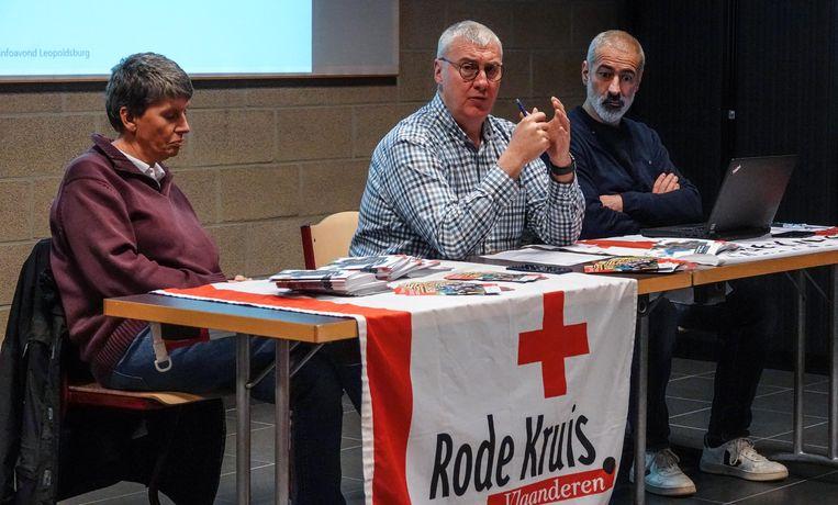 Naast Sandy Evrard gaven Hilde Van Gastel van het Rode Kruis en Olivier Fiore, centrummanager van het opvangcentrum in Menen, uitleg.