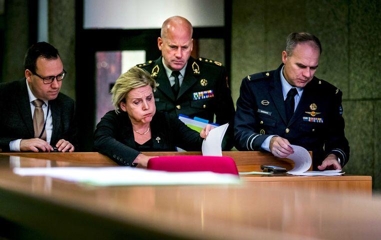 Ank Bijleveld, minister van Defensie, en Onno Eichelsheim, MIVD, tijdens een schorsing van het Tweede Kamerdebat over spionage door Rusland.  Beeld ANP