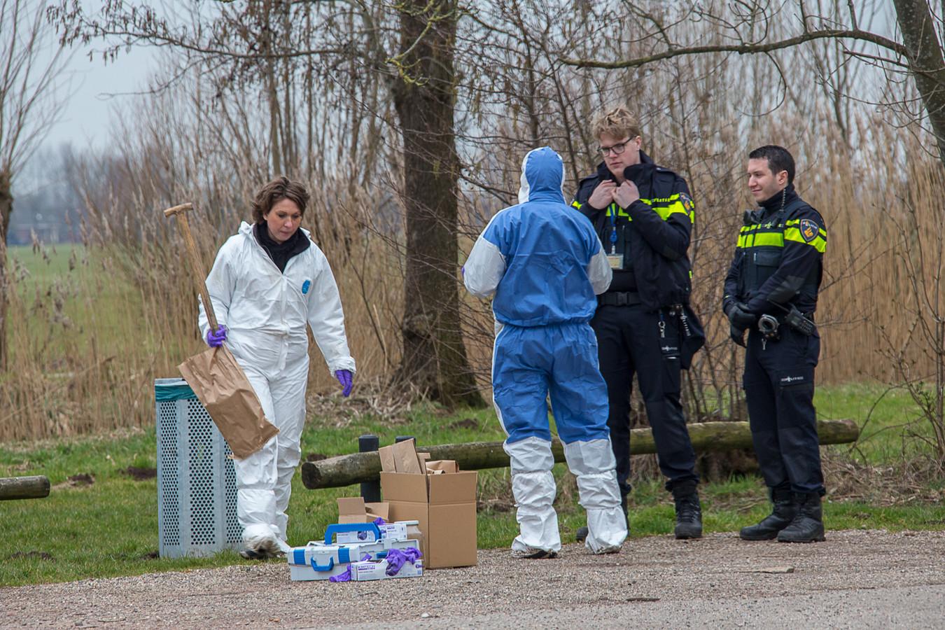 Rechercheurs van de politie deden uitgebreid onderzoek aan de Bosdijk bij Nieuwer Ter Aa, waar het slachtoffer mee naartoe werd genomen.