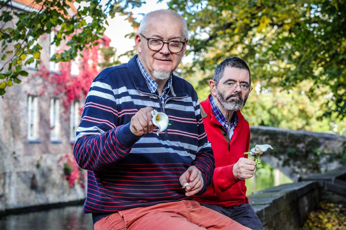 Benny Poppe ontwierp een juweel ter nagedachtenis van de corona slachtoffers en krijgt daarvoor hulp van zijn collega Stephane Deslypere.