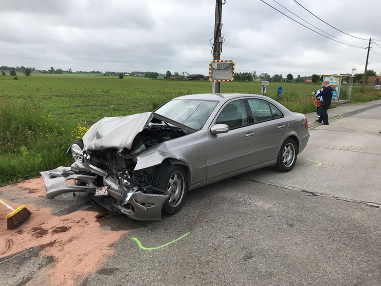 De Mercedes en Volkswagen liepen zware schade op door de klap.