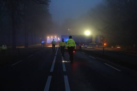 De N35 is afgesloten na een ongeluk tussen een vrachtwagen en personenauto