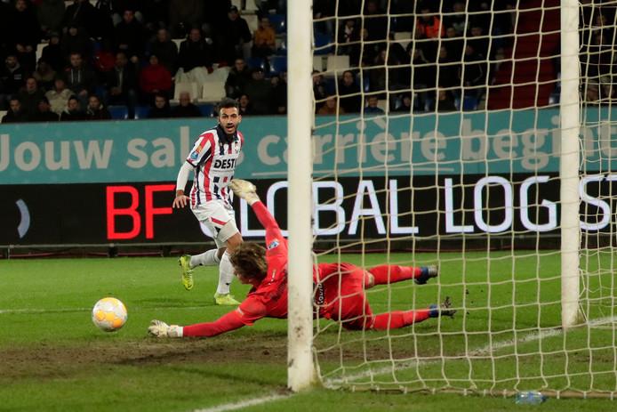 De Graafschap-doelman Nigel Bertrams maakt een aanval van Willem II onschadelijk.