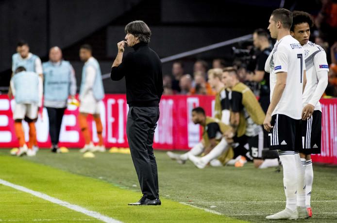 Joachim Löw bereidt tijdens Nederland-Duitsland een dubbele wissel voor met Draxler en Sané.