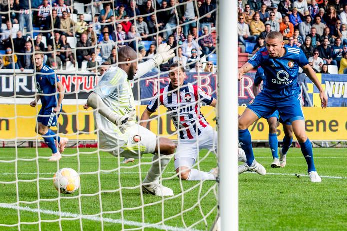 Sol maakt de 1-1 tegen Feyenoord.