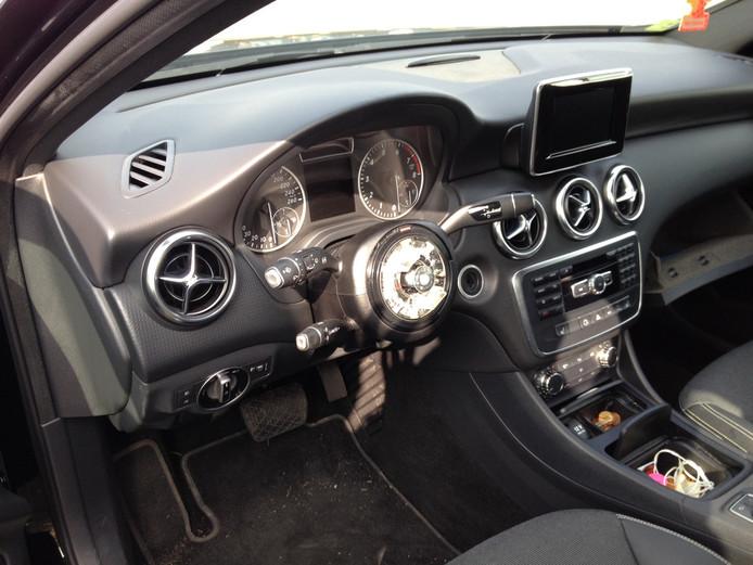 Een auto na diefstal van de airbag.