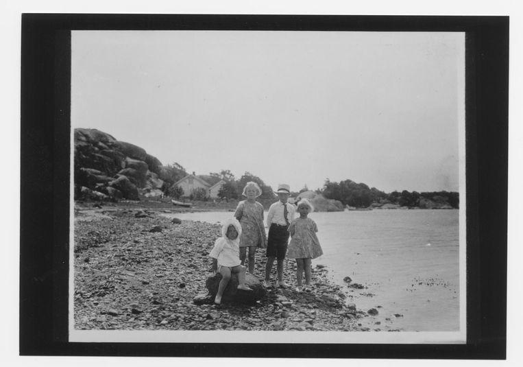 Roald Dahl(1916) met zijn drie zusjes op het strand: vlnr Else (1918), Astri (1912) en Alfhild (1914). Beeld null