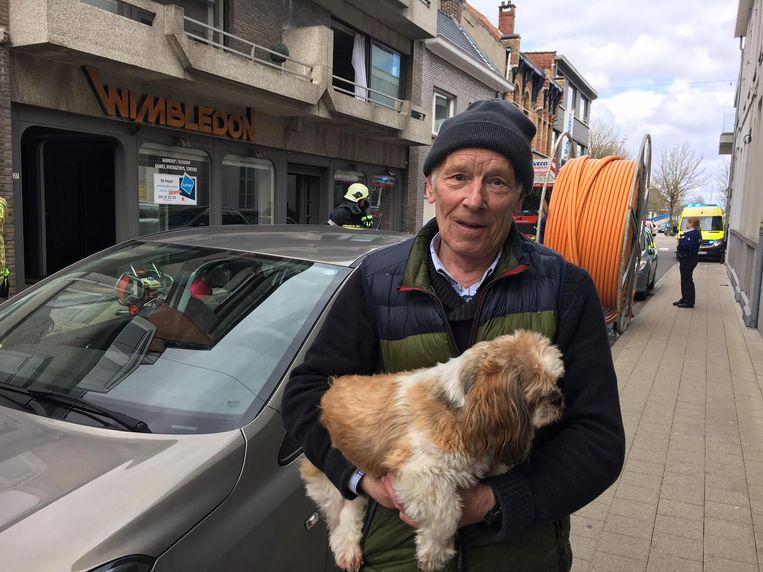 Etienne, die erin slaagde de vrouw uit haar brandende appartement te halen, samen met zijn hondje.