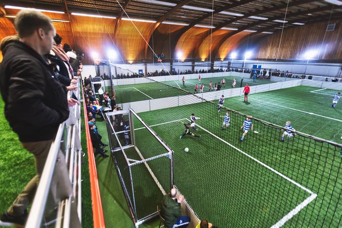 Voetbaltoernooi in het Dongemond Soccer Centre in Geertruidenberg, met grote namen als Feyenoord, Ajax (op het achterste veld), en De Graafschap (op het voorste veld).