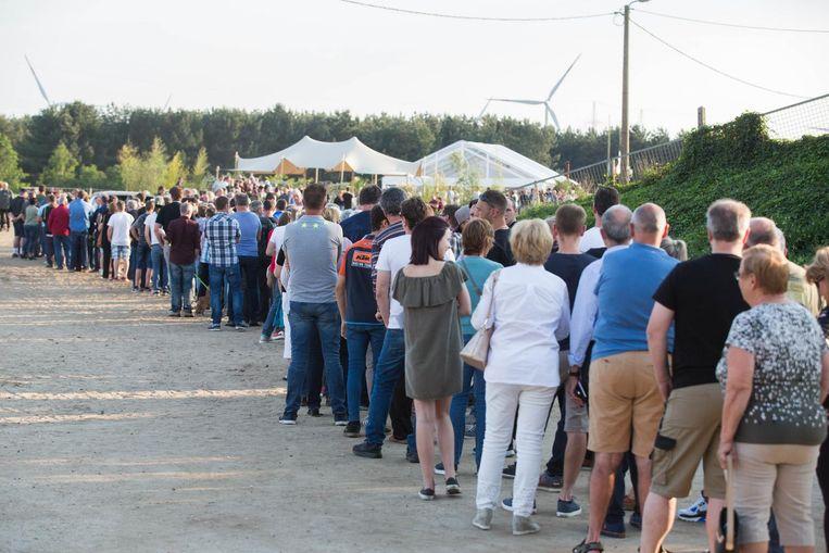 Zo'n 1.000 mensen komen afscheid nemen van hun motorcrossheld.