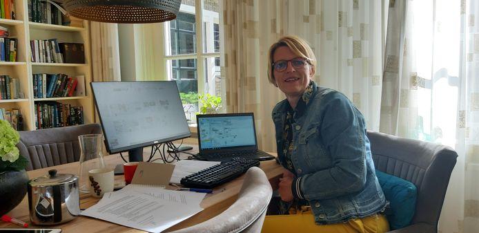 Verslaggever Mariëtte den Engelse op haar thuiswerkplek