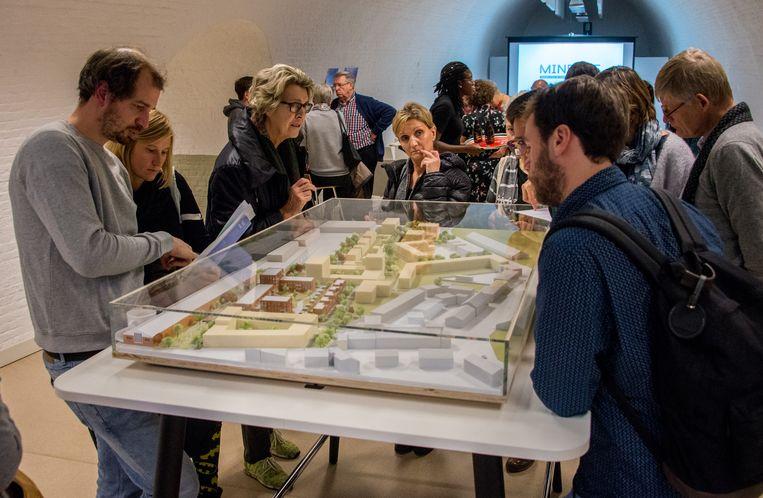 Geïnteresseerde kopers kwamen zaterdag een kijkje nemen naar de gedetailleerde plannen van de nieuwe woonwijk Minerve.