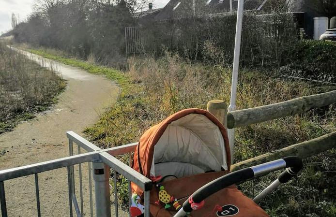 Een draaihek verspert de toegang tot het parkje in de uiterwaarden bij Wageningen.