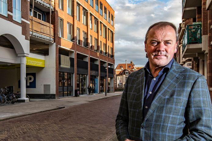 """Retailspecialist Marcel Evers bij de pas opgeleverde appartementen in de Gibsonstraat. ,,Mensen willen graag in de Deventer binnenstad wonen. Maar er komt - mede door corona - veel op binnensteden af, er moet echt wat gebeuren om het centrum vitaal te houden."""""""