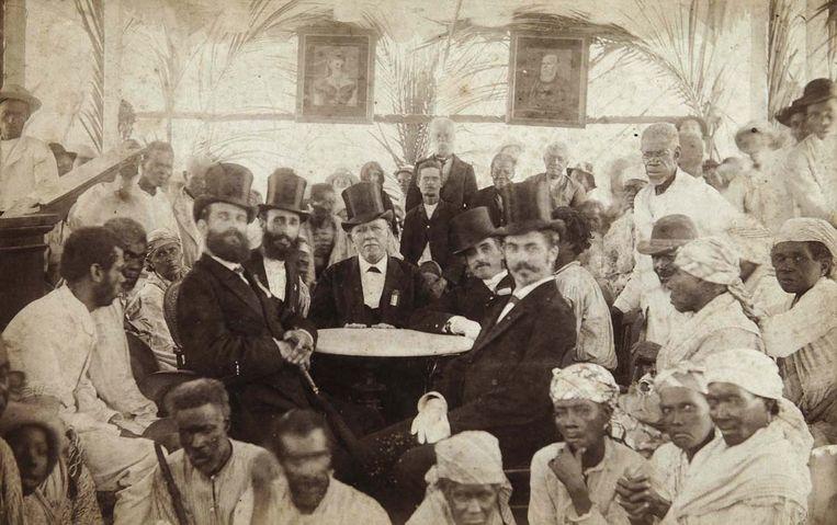 Europese mannen te midden van een groep arme Antillianen, omstreeks 1888. Beeld Hollandse Hoogte / Koninklijk Instituut voor de Tropen