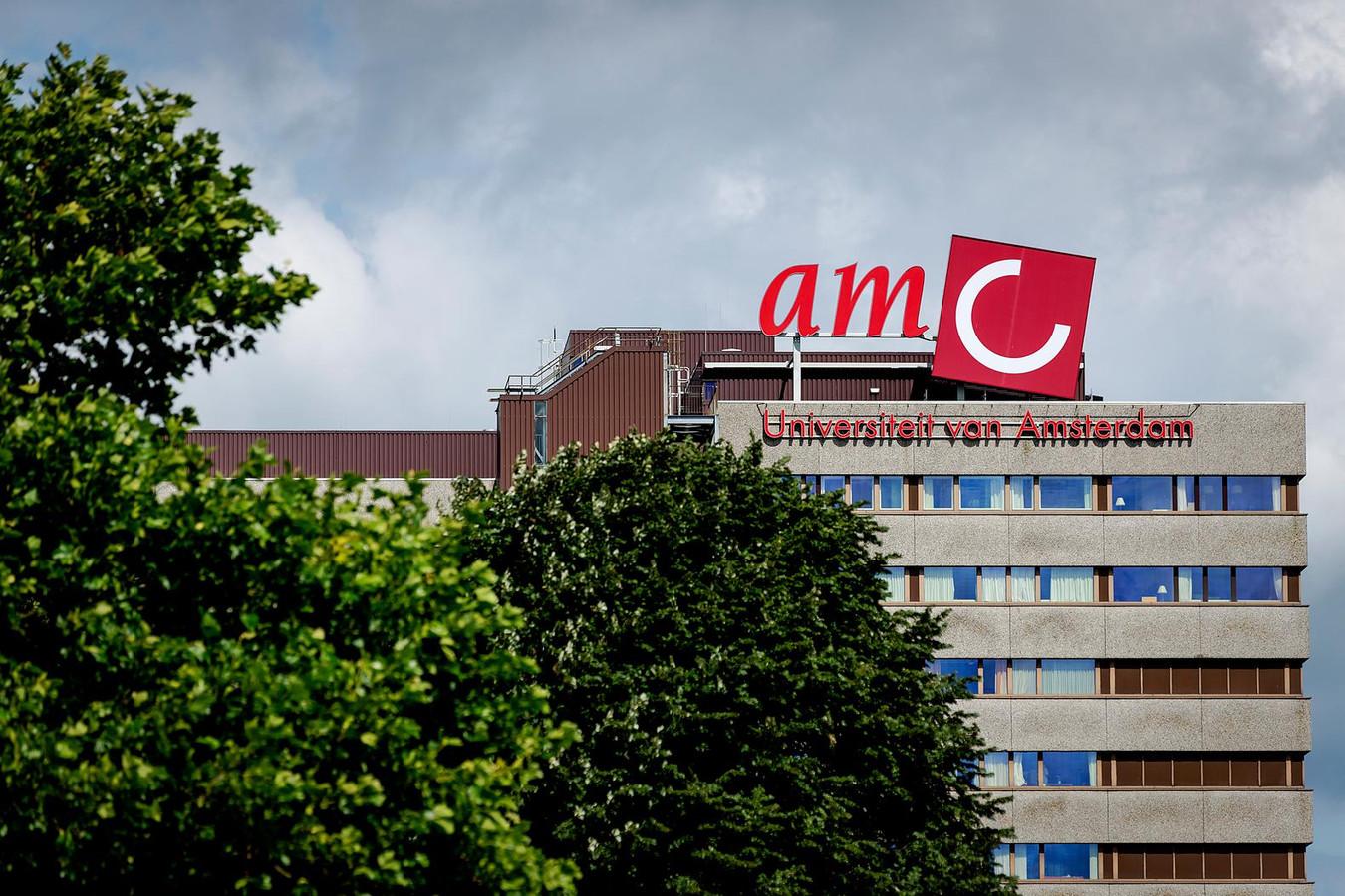 """In het AMC Amsterdam krijgen patiënten soms uit voorzorg geen hand van de arts ,,Dat voelt onpersoonlijk, maar het voorkomt besmettingen"""", licht een woordvoerder toe."""