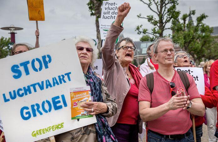 De protesten tegen de luchtvaart en met name de groei daarvan nemen toe in Nederland, zowel bij omwonenden als milieugroeperingen