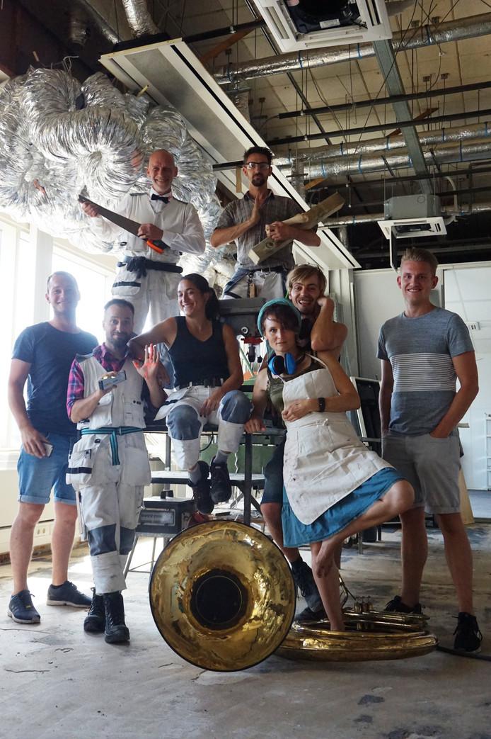 De Duitse kunstenaars samen met de mannen van Qanvas: Joep van Gorp (uiterst links) en Matthijs Verhagen (uiterst rechts).
