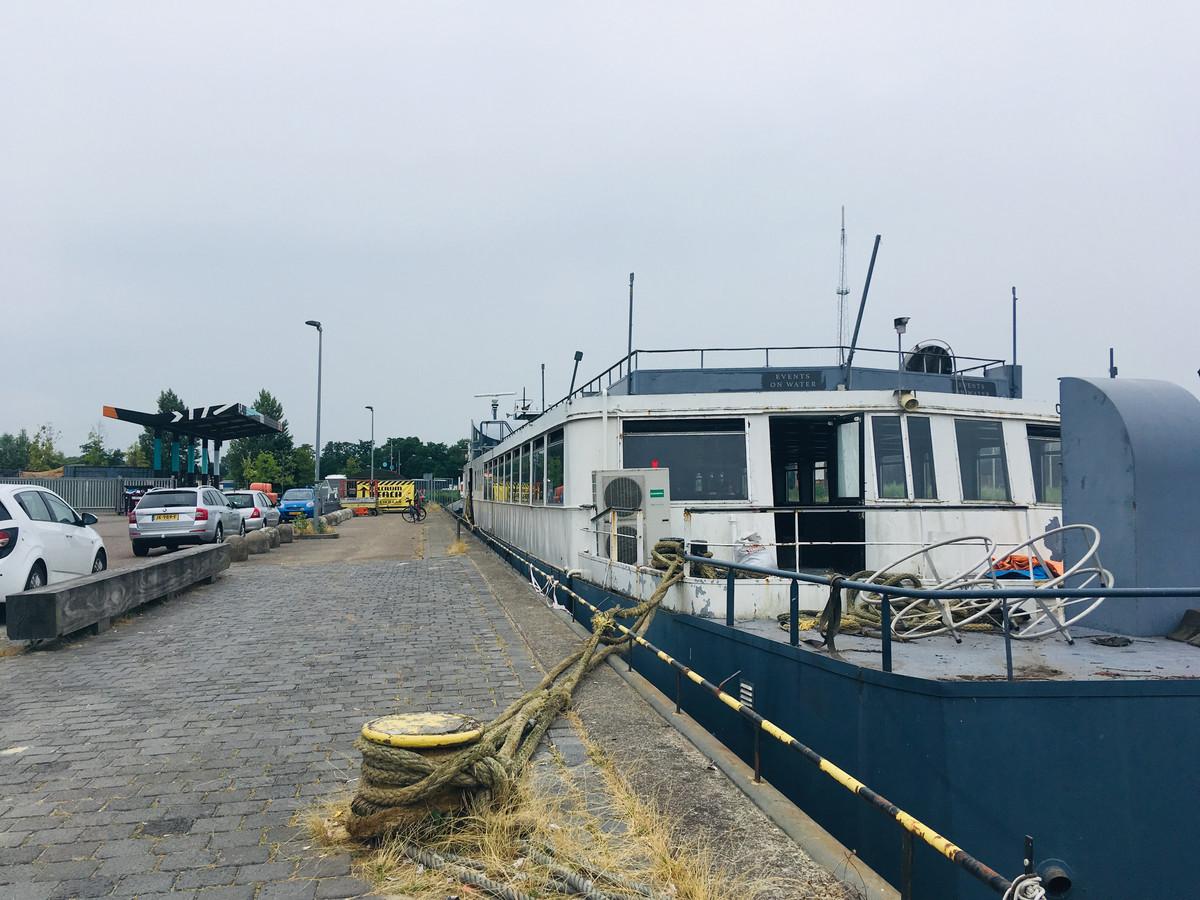 De partyboot ligt sinds dinsdag aan de Veilingkade in de Belcrumhaven in Breda.