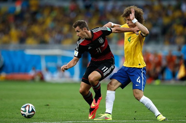 De Duitser Klose in duel met de Braziliaan Luiz Beeld afp