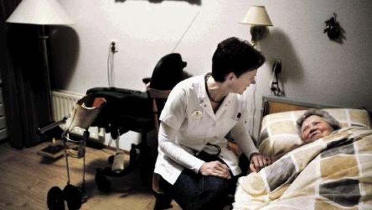 Ans Kimenai (links) tijdens een nachtdienst in een verzorgings-tehuis in Vlijmen. (Trouw) Beeld