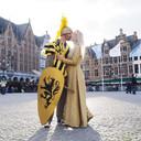 Wouter De Witte en Laura Descheemaeker, al jaren fan van de middeleeuwen, kussen intens op de Markt.
