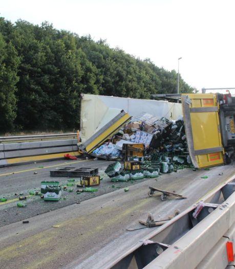 A1 bij Holten bezaaid met bierflesjes na ongeluk: veel vertraging