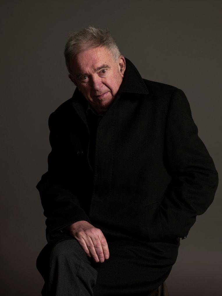 Schrijver en dichter Gerard Stigter, beter bekend als K. Schippers (82), exposeert vanaf 1 september in galerie Eenwerk in Amsterdam-Zuid. In de poëzietentoonstelling worden zes gedichten op de muren vertoond en is de P.C. Hooft-prijswinnaar door de zalen te horen, terwijl hij het gedicht Met van voorleest. Beeld Koos Breukel