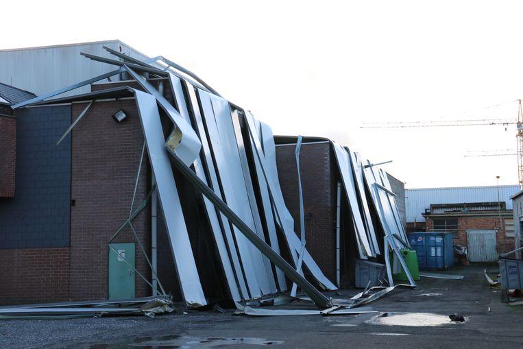 Tragel Sport blijft dicht vandaag na dat er platen op hun dak terechtkwamen.