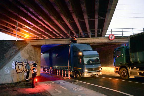 Vrachtwagens rijden zich met de regelmaat van de klok vast onder de Duitse brug op de Aarschotsesteenweg in Wilsele.