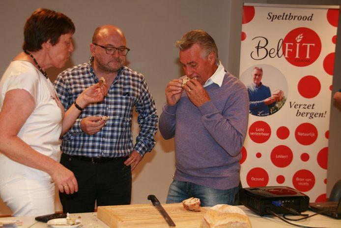 Lucien zet zijn tanden in zijn eigen brood, ook schepenen Johan Van Vaerenbergh en Marleen Lambrecht laten zich het speltbrood smaken.