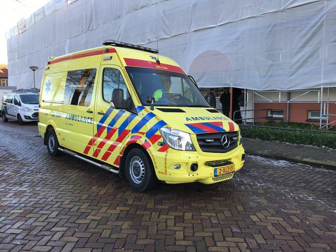 Een ambulance parkeert voor de flat, waar een bewusteloze man is aangetroffen.