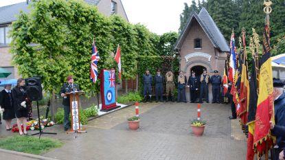 Bemanning van Britse bommenwerper krijgt 75 jaar na dood gedenkplaat op site van crash in Heimolenwijk