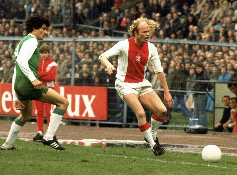 Ajacied Ruud Geels in actie tegen Feyenoord in 1977. Ruud Geels brengt uit een strafschop de stand op 1-0, hetgeen tevens 100ste doelpunt voor de topscorer betekende. Beeld anp