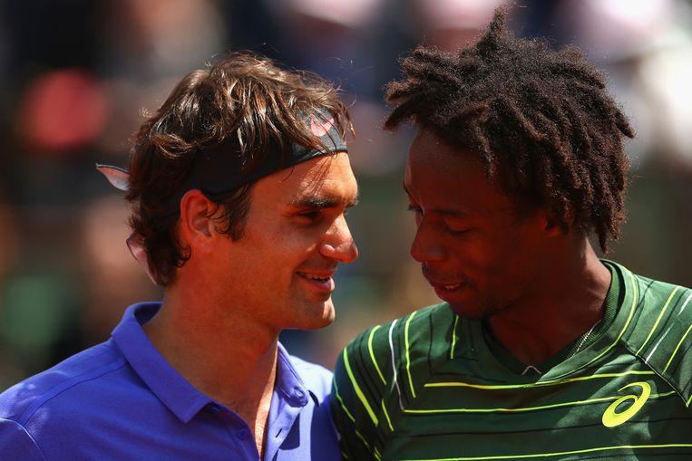 Roger Federer met Gael Monfils na de wedstrijd. Beeld getty