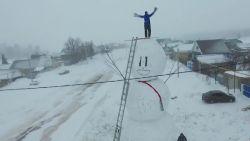 VIDEO. Wedstrijdje om ter hoogste sneeuwman bouwen nemen ze in Rusland heel serieus