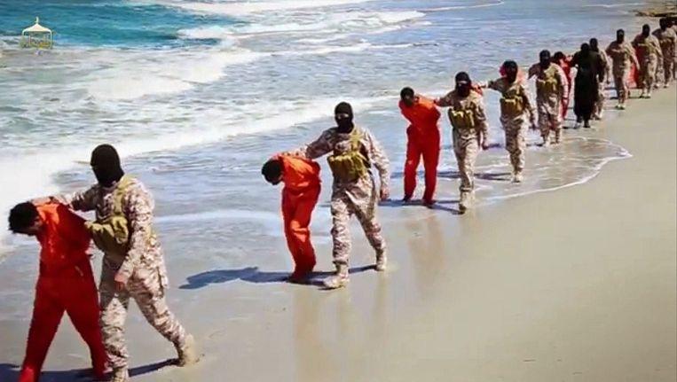 Beeld uit een video die IS in april online heeft gezet, waarin te zien is hoe christelijke migranten uit Ethiopië en Eritrea op het strand in Libië worden onthoofd. Beeld null