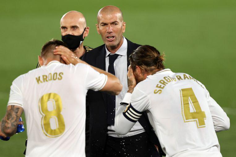 Zinédine Zidane in een onderonsje met Toni Kroos en Sergio Ramos, tijdens de met 1-0 gewonnen wedstrijd tegen Getafe.   Beeld Getty Images