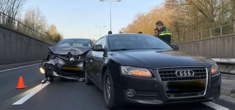 Gewonde bij botsing op A65 bij Vught, linkerrijstrook dicht richting Tilburg