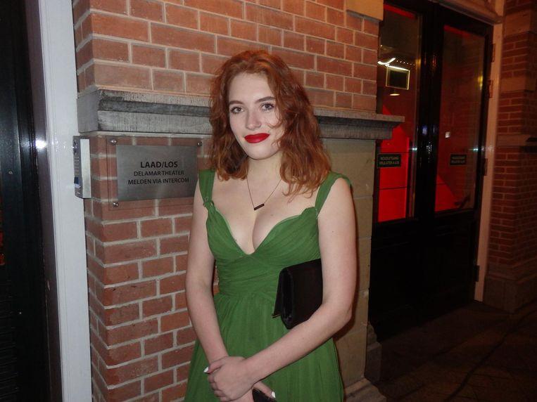 Julia Lürsen, dochter van de regisseur, buiten in de rij. Gelukkig kun je niet meer schaatsen. Beeld Schuim