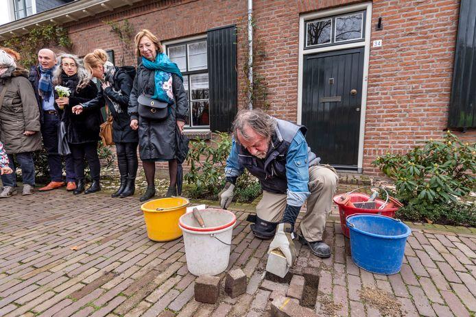 In maart dit jaar legde kunstenaar Gunther Demnig zelf de eerste Struikelsteen in Uden, voor de deur van de Veghelsedijk 34.