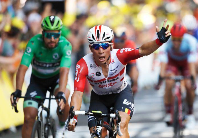 Caleb Ewan juicht na zijn eerste etappezege in de Tour de France.