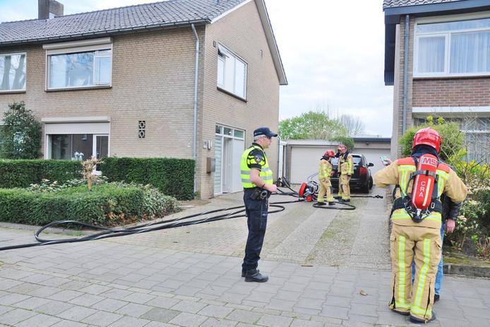De brandweer helpt bij het ventileren van het huis.